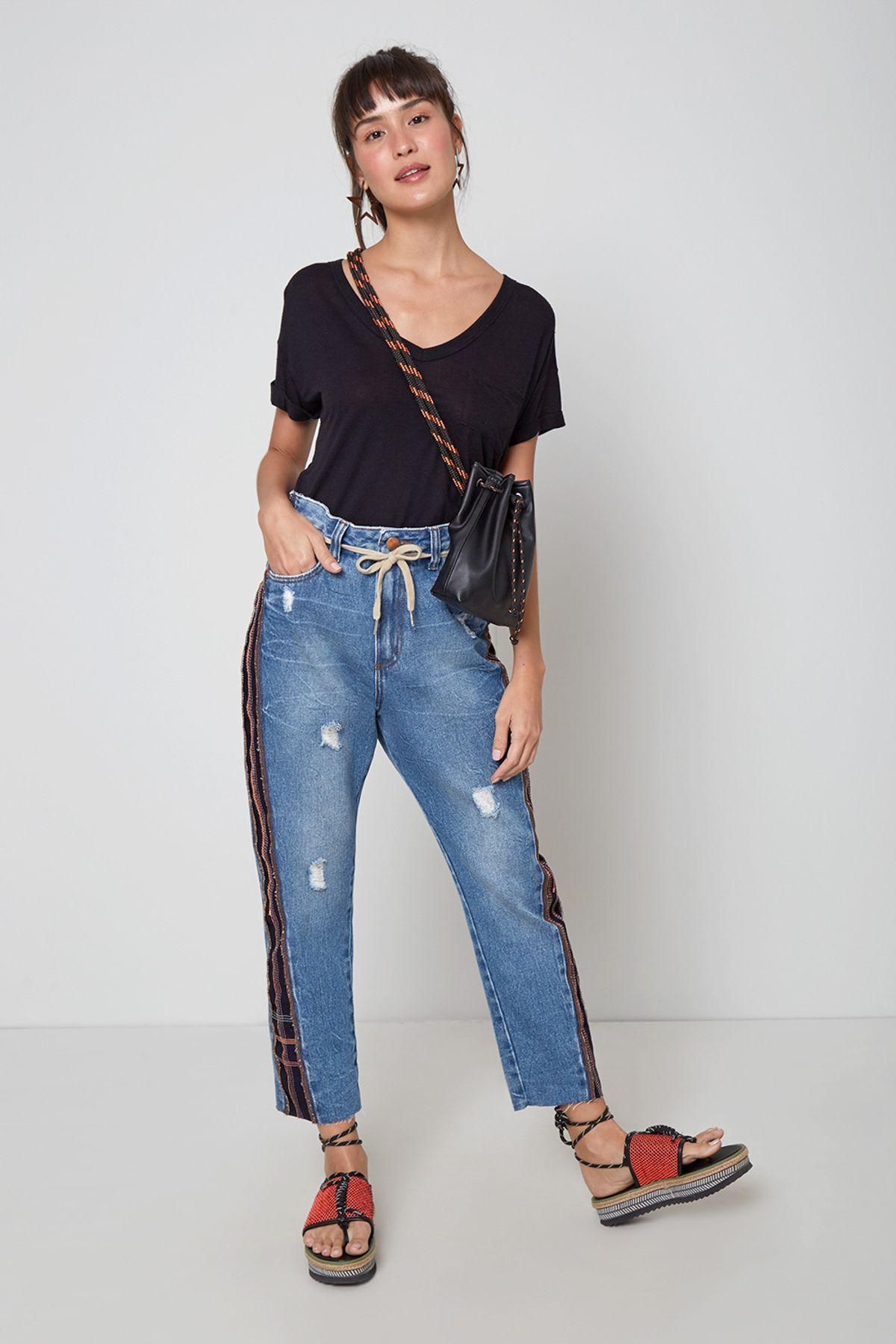 mom jeans com camisa preta